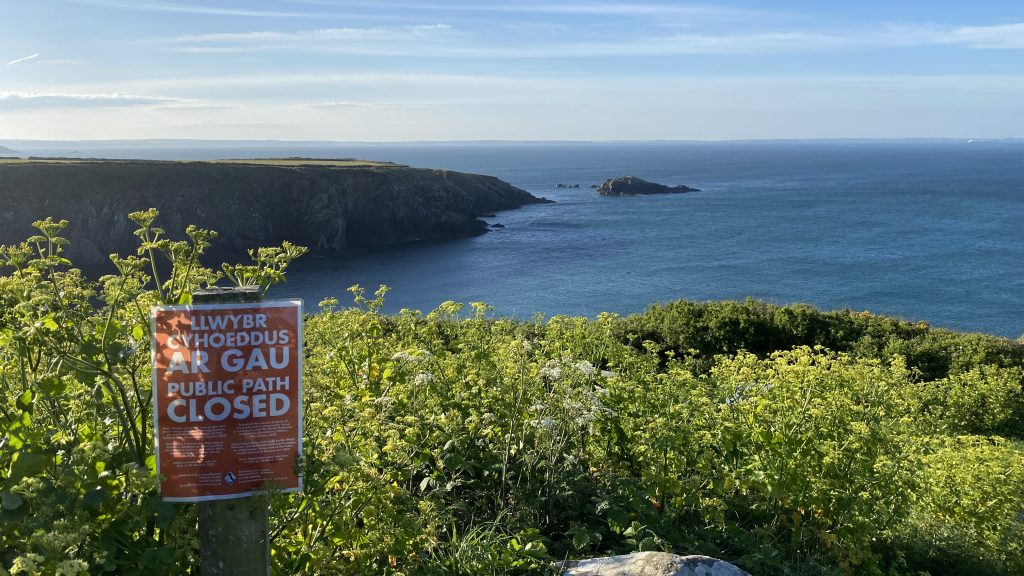 Path closure sign at Caerfai